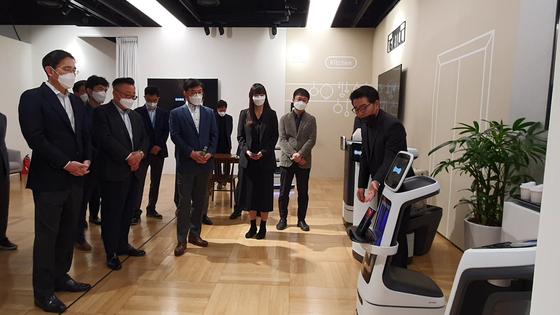 이재용 부회장(왼쪽 첫째)이 12일 서울 우면동 R&D 캠퍼스에서 서빙·배달·안내 등을 해주는 식당용 로봇 시제품을 살펴보고 있다. [사진 삼성전자]