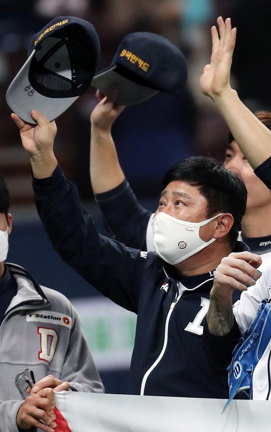두산 김태형 감독이 13일 PO 4차전 승리로 6년 연속 KS 진출을 확정한 뒤 모자를 벗어 팬들에게 인사하고 있다. [뉴스1]
