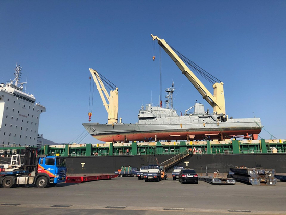 에콰도르로 떠나는 대형 수송선에 해양경찰청 퇴역 경비함 2척을 선적하고 있다. [해양경찰청]