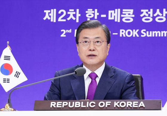 문재인 대통령이 13일 청와대 본관에서 화상으로 개최된 제2차 한-메콩 정상회의에서 발언을 하고 있다. 뉴스1