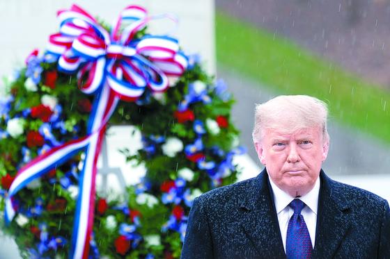 도널드 트럼프 미국 대통령이 11일(현지시간) 주요 언론에서 대선 패배를 보도한 후 나흘 만에 첫 공식 일정으로 알링턴 국립묘지를 찾아 무명용사 묘역에 참배하고 헌화했다. [EPA=연합뉴스]