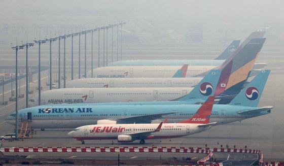 13일 오전 인천국제공항 주기장에 서있는 대한항공과 아시아나항공 항공기.연합뉴스