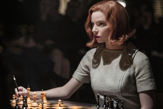 주목받는 체스 신동으로 매회 화려한 패션을 선보이는 넷플릭스 드라마 '퀸스 갬빗'의 베스 허먼. 배우 안야 테일러 조이가 연기했다. 사진 넷플릭스