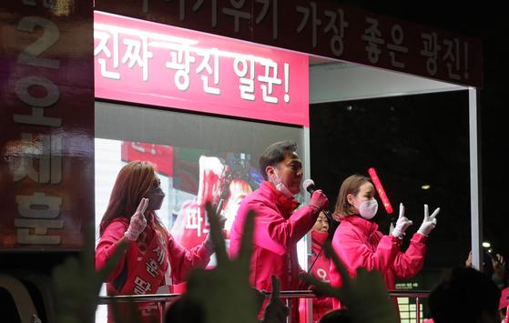 제21대 국회의원 선거 당시 오세훈 후보가 서울 광진구 건대입구역 사거리에서 유세하며 지지를 호소하고 있다. 연합뉴스