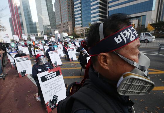 14일 오후 서울 영등포구 여의도공원 앞에서 전국노동자대회가 열리고 있다. 연합뉴스