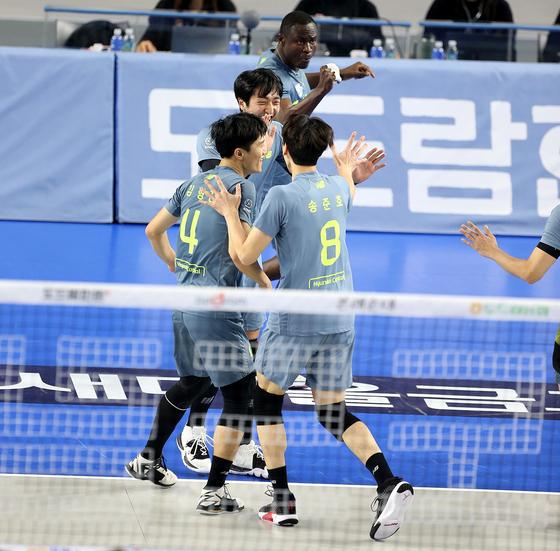 현대캐피탈 선수단이 13일 삼성화재전에서 득점한 뒤 기뻐하고 있다. 사진=현대캐피탈