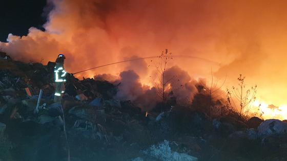 11일 오후 11시 17분 경북 구미시 산동면 생활폐기물 매립장에서 불이 나 소방대원들이 진화하고 있다. 연합뉴스