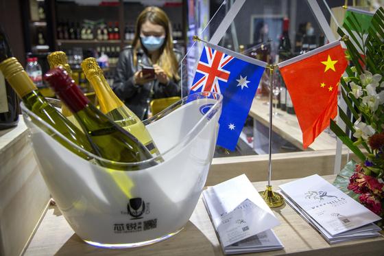 지난 5일 상하이 수입박람회. 한 진열대에 호주산 와인이 놓여있다. [AP=연합뉴스]