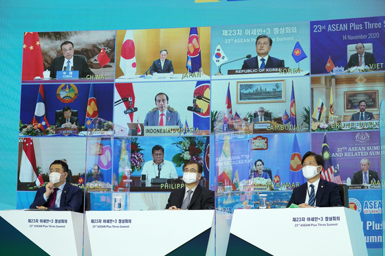 문재인 대통령(화면 위 오른쪽 두번째부터), 스가 요시히데 일본 총리, 리커창 중국 총리가 14일 오후 청와대에서 열린 '아세안 3' 화상 정상회의에 참석해 있다. 연합뉴스