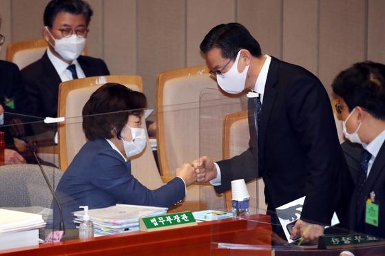 추미애 법무부 장관(왼쪽)이 지난 11일 국회 예산결산위원회에서 정성호 위원장과 인사를 하고 있다. 오종택 기자