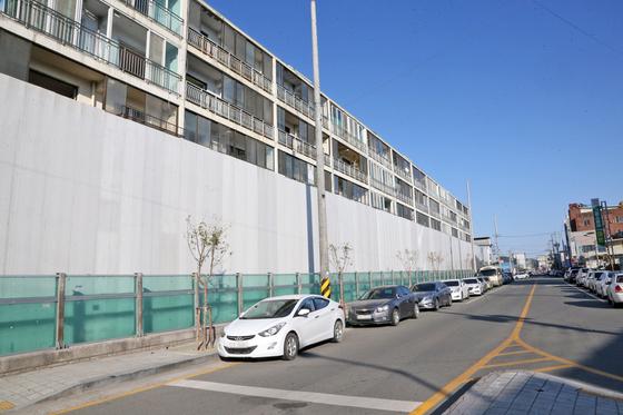 지난 10일 경북 포항시 북구 흥해읍 대성아파트에 철거 공사를 앞두고 울타리가 세워져 있다. 연합뉴스