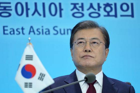 문재인 대통령이 14일 청와대 본관에서 화상으로 개최된 제15차 동아시아 정상회의(EAS)에 참석하고 있다. 뉴스1