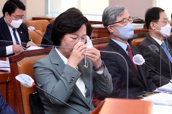 추미애 법무부 장관이 지난 5일 서울 여의도 국회에서 열린 법제사법위원회 전체회의에서 물을 마시고 있다. [연합뉴스]