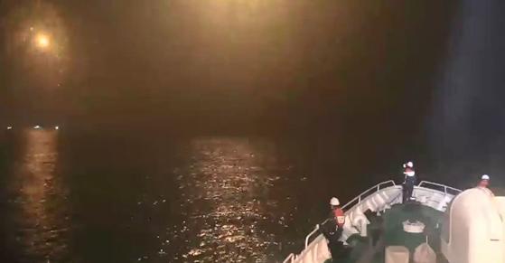 14일 오후 6시 7분께 인천시 옹진군 소연평도 인근 43㎞ 해상에서 12t급 어선 A호가 전복돼 해경이 수색 작업을 하고 있다. 인천해양경찰서 제공=연합뉴스