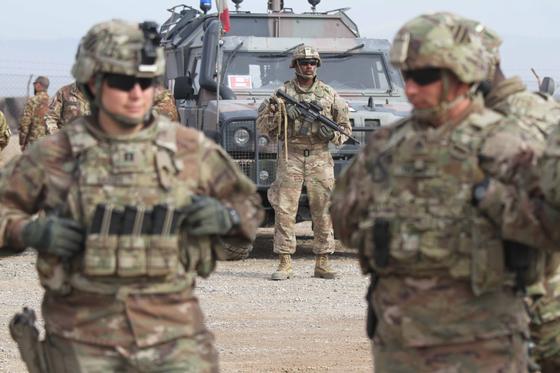 2019년 2월 아프가니스탄 헤랏에서 진행된 아프가니스탄 군훈련에 참여한 미 육군 장병들. [EPA=연합]