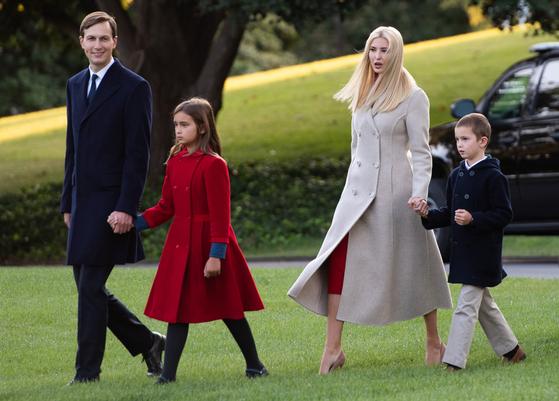 9 월 22 일 이방 카 부부가 두 자녀 아라벨라 구스 뇨 (왼쪽에서 두 번째)과 조셉 쿠슈노 (오른쪽)과 함께 백악관 잔디밭을 걷고있다. [AFP=연합뉴스]
