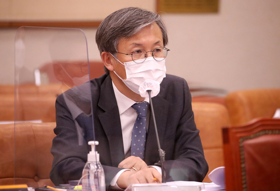 한동수 대검찰청 감찰부장이 지난달 22일 서울 여의도 국회에서 열린 법제사법위원회의 대검찰청에 대한 국정감사에서 의원 질의에 답변하고 있다. 오종택 기자