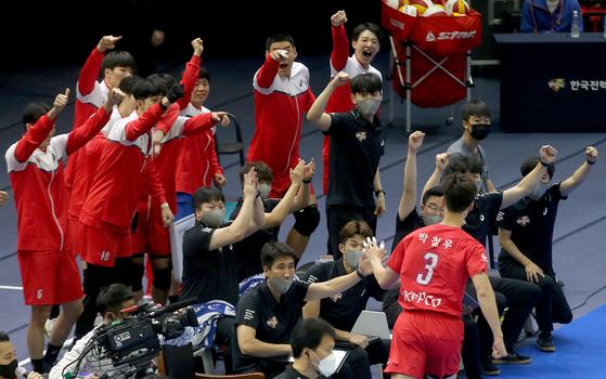 15일 수원에서 열린 대한항공과 경기에서 박철우가 득점을 올린 뒤 환호하는 한국전력 선수단. [사진 한국전력]