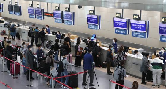 부산발 칭다오행 운항이 재개된 이후인 지난 10월 15일 김해공항 국제선 출국장. 송봉근 기자