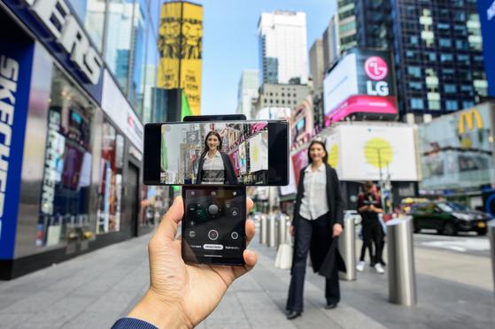 뉴욕 타임스스퀘어 광장에서 LG 윙으로 촬영 중인 모델. 사진 LG전자
