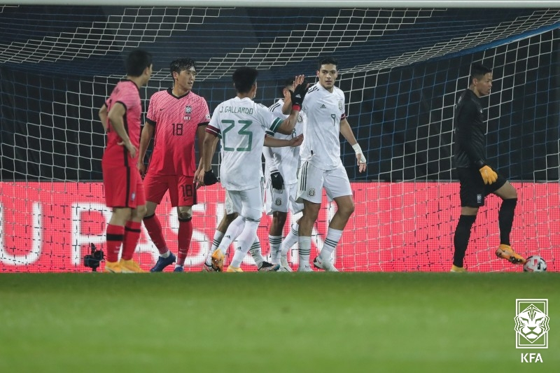 한국축구대표팀 선수들이 15일 오스트리아에서 열린 멕시코와 평가전에서 실점한 뒤 아쉬워하고 있다. [사진 대한축구협회]