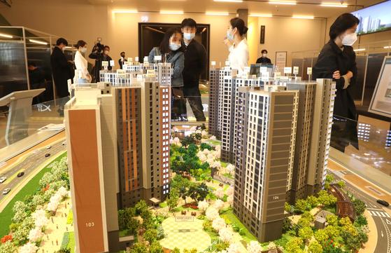 '로또'가 커지며 특별공급 당첨 하한선이 치솟았다. 사진은 수도권 아파트 견본주택.