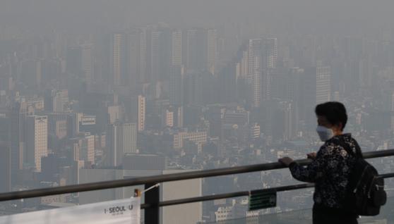 15일 오전 서울 남산에서 바라본 도심. 이날 오전 서울의 초미세먼지 농도는 최고 100㎍/㎥까지 치솟았다. 뉴스1