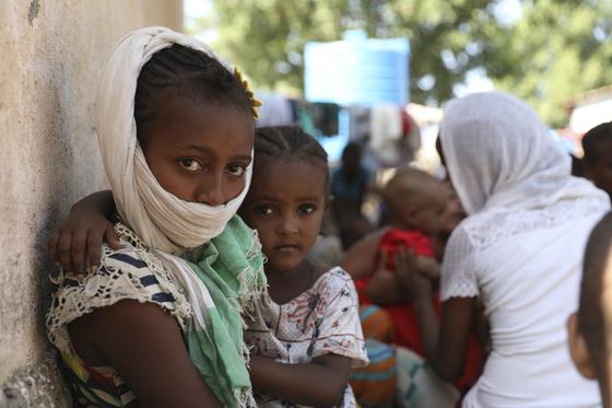 14일(현지시간) 에티오피아 북부 티그라이주 주민들이 이웃 수단으로 난민 신청을 하기 위해 기다리고 있다. [AP=연합뉴스]