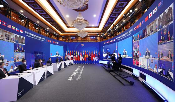 문재인 대통령이 15일 청와대에서 열린 세계 최대 규모의 자유무역협정(FTA)인 '역내포괄적경제동반자협정(RCEP)' 협정문 서명식에서 의장국인 베트남 응우옌 쑤언 푹 총리의 마무리 발언을 듣고 있다. 연합뉴스