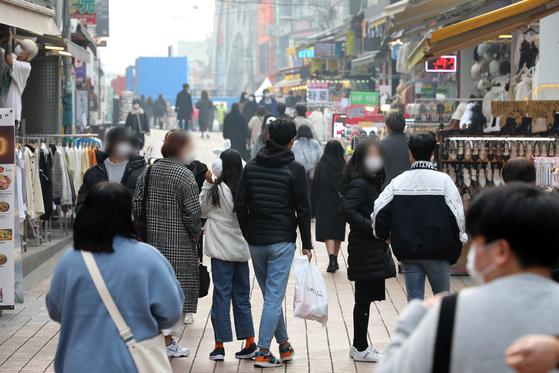 코로나19 일일 확진자가 이틀 연속 200명대를 기록한 가운데 15일 오후 서울 마포구 홍대거리를 찾은 시민들이 길을 거닐고 있다. 뉴스1
