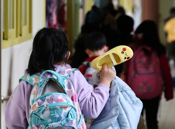 초등 돌봄전담사들이 온종일돌봄법 철회와 8시간 전일제 근무 전환을 요구하며 하루 파업에 나선 지난 6일 서울의 한 초등학교에서 학생들이 돌봄교실로 이동하고 있다. 연합뉴스