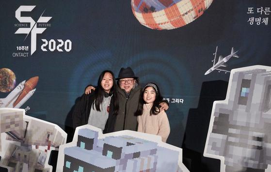 SF2020 포토존에서 휴머노이드 로봇 휴보를 만든 오준호(가운데) 로봇공학자와 포즈를 취한 김수안(왼쪽)·김률희 학생기자.