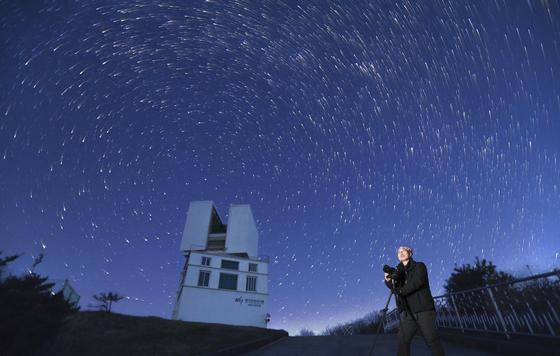 전영범 한국천문연구원 책임연구원이 별빛이 쏟아지는 보현산천문대 1.8 m 반사망원경 돔 앞에서 별 사진을 찍고 있다. 임현동 기자