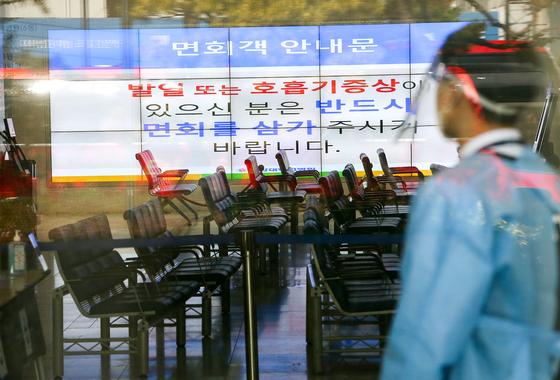 15일 코로나19 확진자 발생으로 출입이 통제된 광주광역시 동구 전남대병원 로비가 텅 비어 있다. 프리랜서 장정필