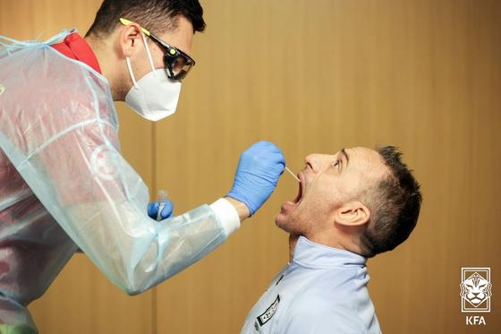 선수 등 7명의 코로나 확진자가 발생한 한국 축구대표팀이 16일 세 번째 진단 검사를 받는다. [사진 대한축구협회]