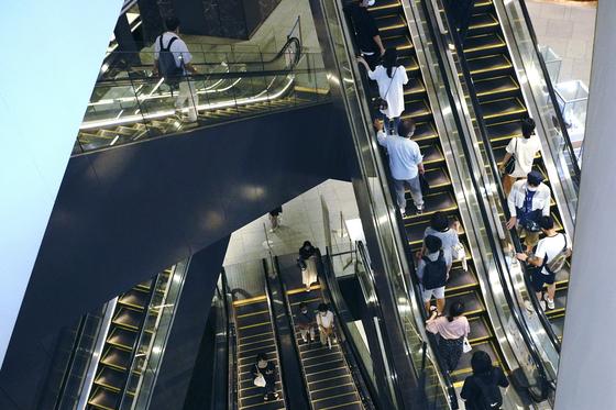 일본의 3분기 경제성장률이 21.4%(전기 대비 연율)을 기록했다고 16일 내각부가 밝혔다. 사진은 일본 도쿄의 쇼핑센터에서 사람들이 엘리베이터를 타고 이동하는 모습. [AP=연합뉴스]