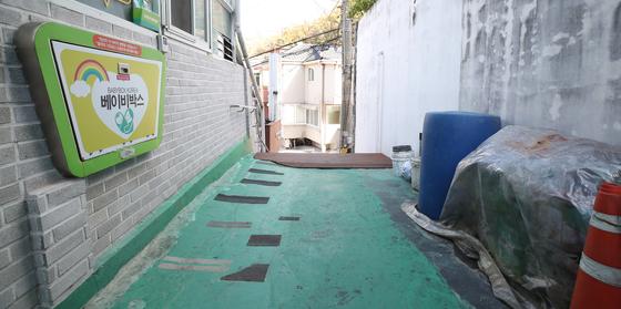 3일 서울 관악구의 한 교회에 설치된 베이비박스 인근에서 수건에 싸여 있는 남아의 시신이 발견됐다. 사진은 사건이 발생한 교회 베이비 박스 인근 모습. 연합뉴스