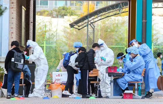 16일 오후 광주 북구 매곡동 하백초등학교 내 임시 선별진료소에서 학생 800여 명이 진단 검사를 받기 위해 길게 줄지어 서있다.  프리랜서 장정필 기자