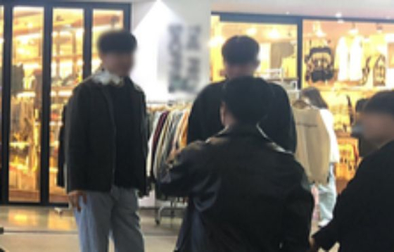 14일 수원역 인근 헌팅포차 앞에서 담배를 피우는 사람들. 채혜선 기자