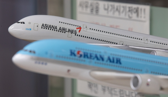 16일 오후 서울 강서구 한국민간항공조종사협회에 대한항공과 아시아나항공의 비행기 모형이 놓여 있다. 뉴스1