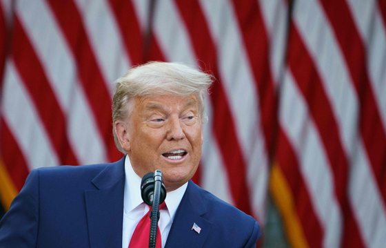 지난 13 일 백악관 로즈 가든에서 기자 회견을 가진 카드 사장.  8 일 전에 비해 머리가 하얗게 강한 모습이다.[AFP=연합뉴스]