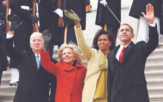 2009년 1월 20일 미국 워싱턴에서 열린 대통령 취임식에서 버락 오바마 부부와 조 바이든 당시 부통령 부부가 손을 흔들고 있다. [로이터=연합뉴스]