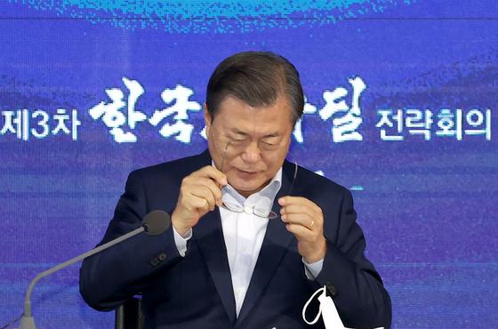 문 대통령이 16일 오후 동대문 디자인 플라자(DDP)에서 주재한 제3차 한국판 뉴딜 전략회의에 참석하고 있다. [사진 청와대사진기자단]