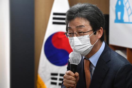 유승민 전 미래통합당 의원이 16일 서울 여의도 국회 앞 태흥빌딩 '희망 22' 사무실에서 '결국 경제다'를 주제로 열린 '주택문제, 사다리를 복원하다' 토론회에서 인사말을 하고 있다. 오종택 기자