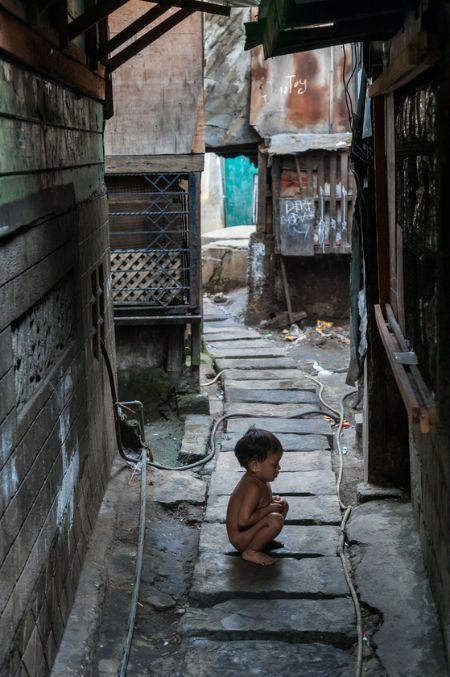 필리핀 마닐라에서 만난 작은 골목. 작은 아이가 스스럼없이 천연덕스럽게 골목에서 볼일을 보고 있다. 많은 집들이 다닥다닥 붙어 있어 좁디좁은 골목은 이들에게 화장실이자 거실이 되기도 하고 때로 욕실이 되기도 한다. 생활 반경이 좁아진 이들에게 이웃은 가족이나 인척처럼 경계가 없어 보였다. [사진 허호]