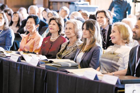 지난해 스웨덴 스톡홀름 왕궁에서 열린 DFX에서 실비아 왕비(왼쪽에서 둘째)가 발표를 듣고 있다. 실비아 왕비는 치매 국가책임제의 초석을 다지고 DFX를 통해 스웨덴의 치매 정책 노하우를 세계와 공유하고 있다. [사진 DFX 공식 홈페이지]