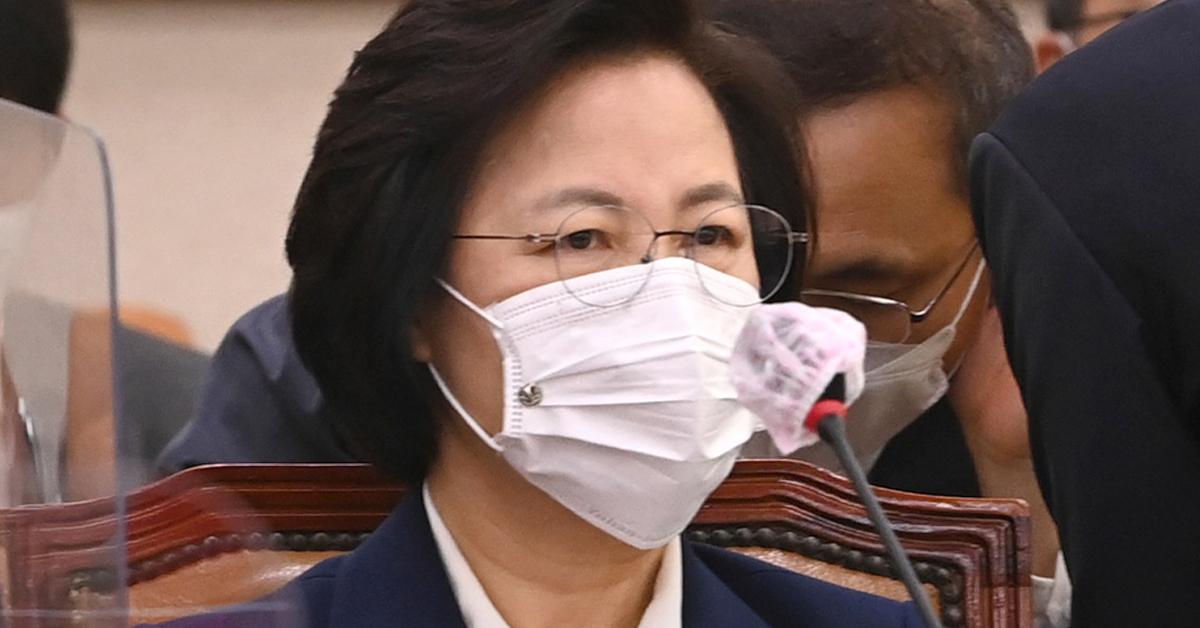 추미애 법무부 장관이 16일 서울 여의도 국회에서 열린 법제사법위원회 전체회의에 참석해 있다. 뉴스1