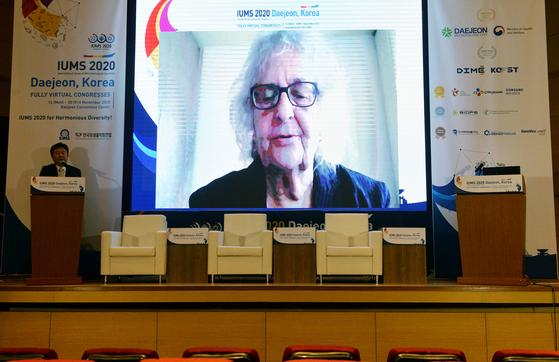 16일 대전에서 개막한 '세계미생물학회연합 2020 학술대회'에서 엘리오라 론 회장이 온라인으로 축사를 하고 있다. 프리랜서 김성태