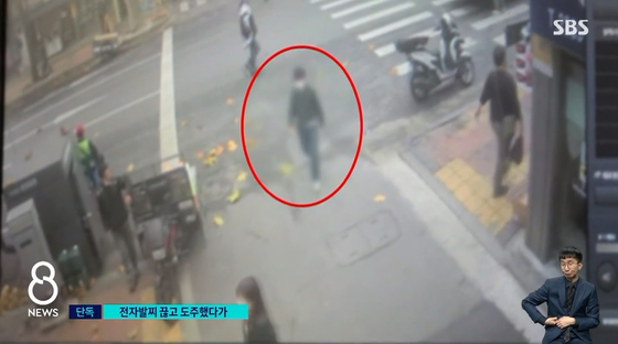 전자발찌를 찬 20대 특수강도 전과자가 17일 서울의 한 편의점에서 돈을 빼앗고 달아났다. 그는 전자발찌도 끊고 자취를 감췄으나 범행 7시간 만에 붙잡혔다. SBS8뉴스 캡처