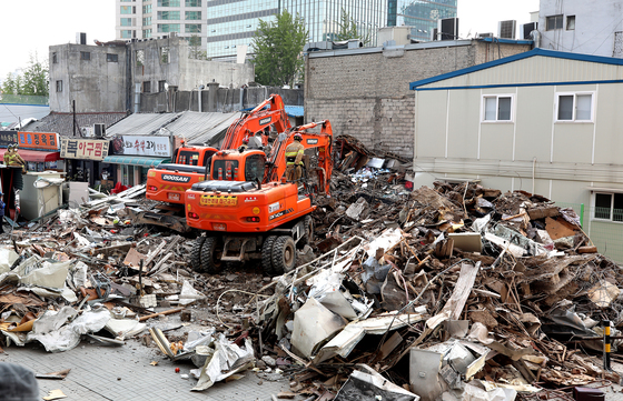 2018년 6월 3일 서울 용산구 한강로 2가의 4층짜리 상가건물이 무너진 모습. 뉴스1